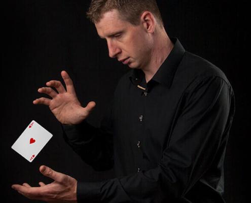 Denis Stone med kort